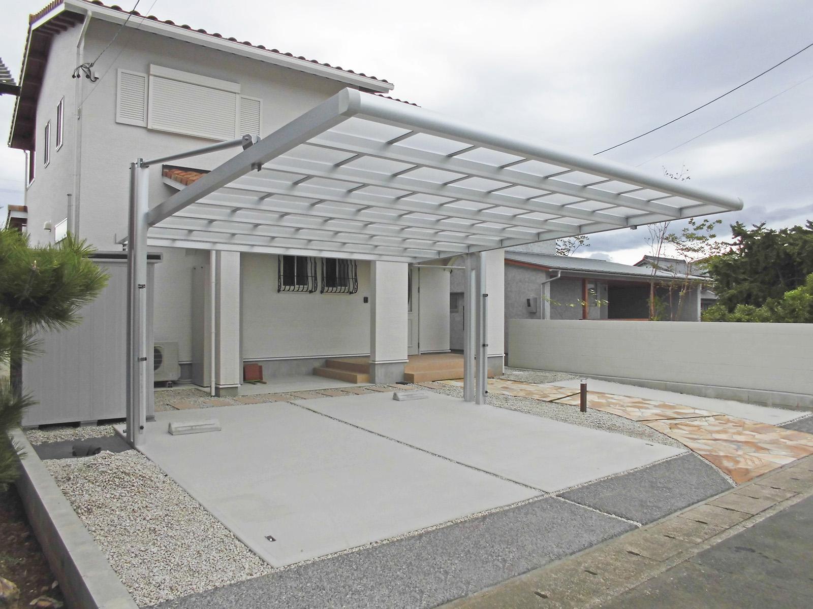 強靭な柱とアームで屋根を支えます。(フォーグ)