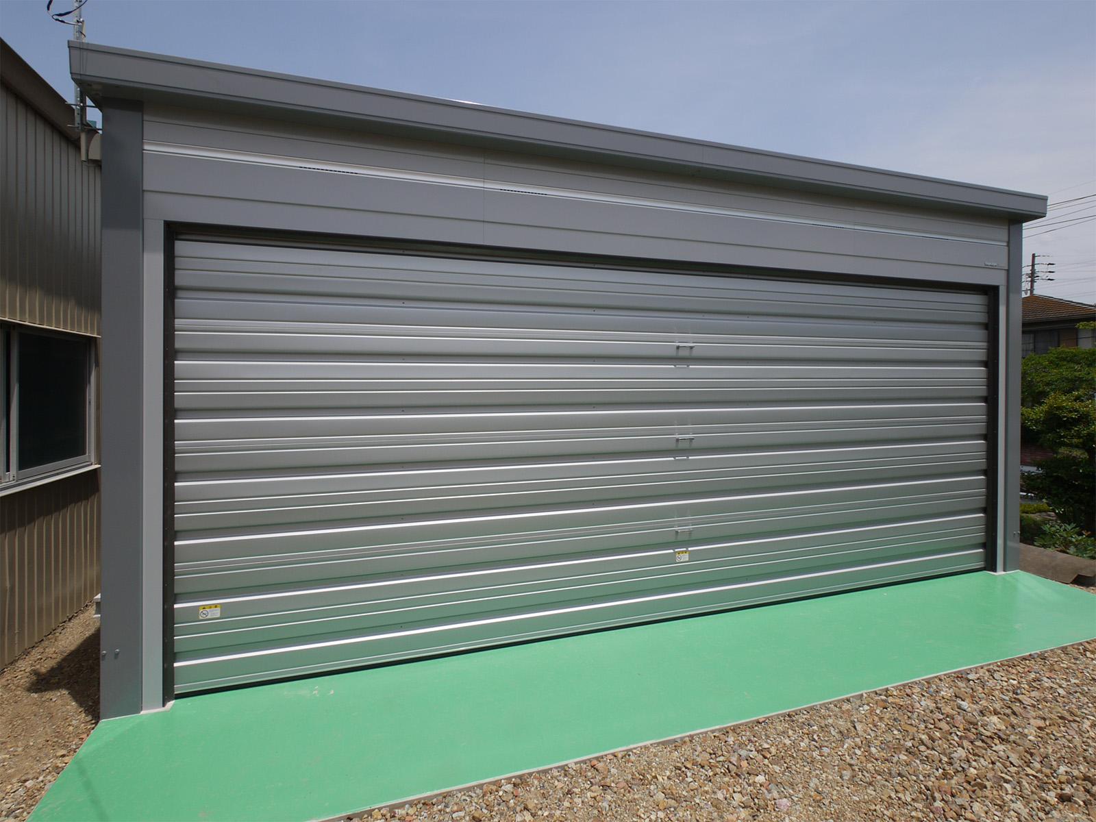 イナバ「ブローディア」。ワイドな開口部のガレージで強度もあります。