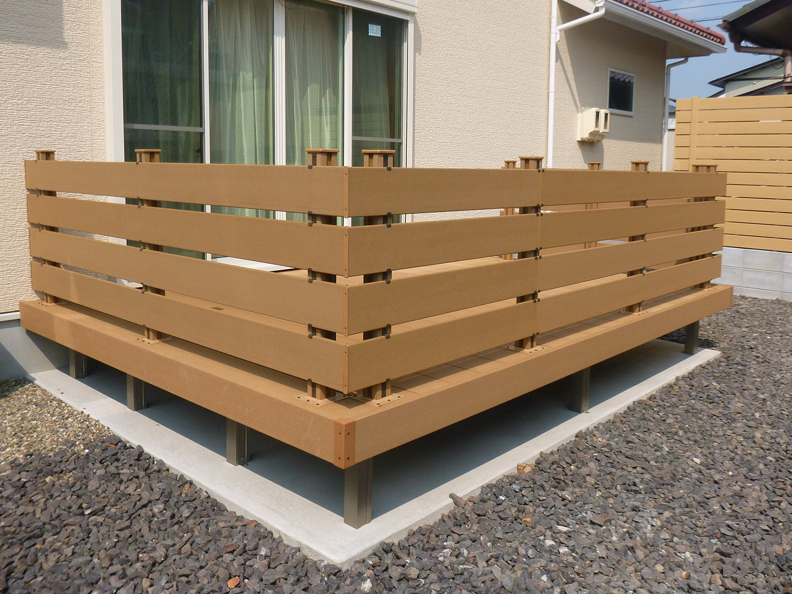 LIXIL「樹ら楽ステージ」の人工木タイルデッキに合わせたフェンス。
