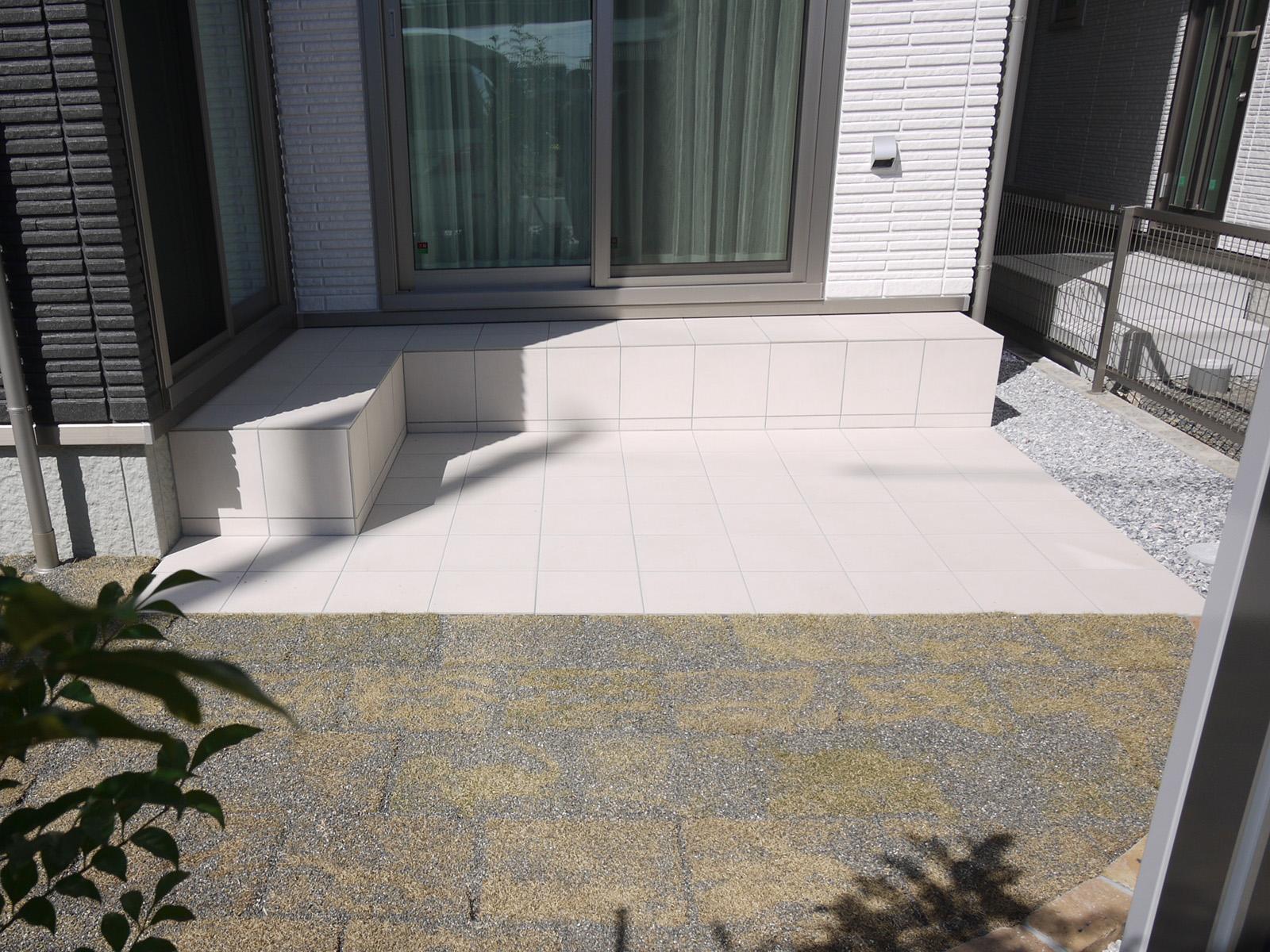 庭の一部をタイル施工。バーベキューやDIYスペースに。