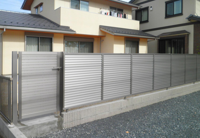 隙間がなく、目隠しになる門扉。同シリーズのフェンスとコーディネートができます。