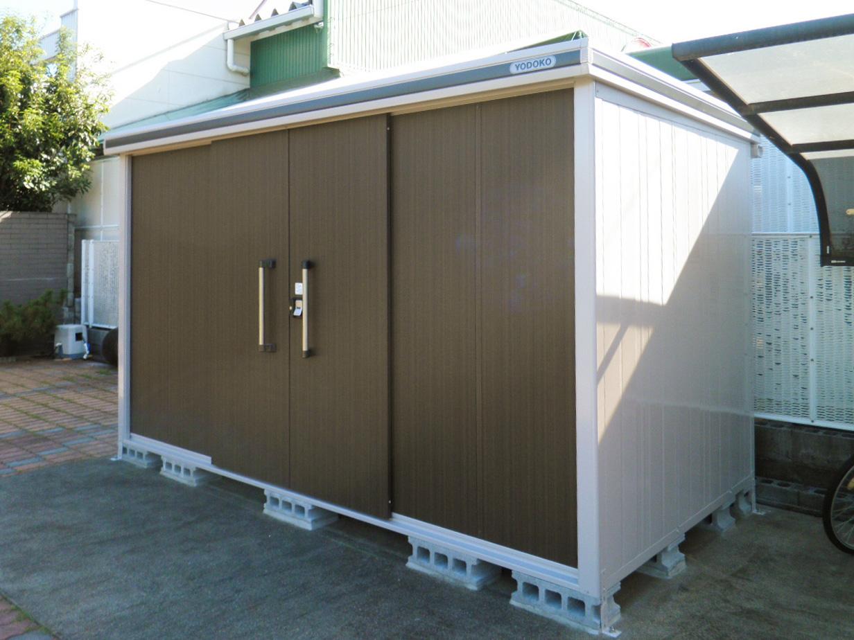 ヨドコウ「エルモ」。ガリバリウム鋼板を使用した耐久性のある物置。扉下レールがないため、スムーズに扉の開閉ができます。