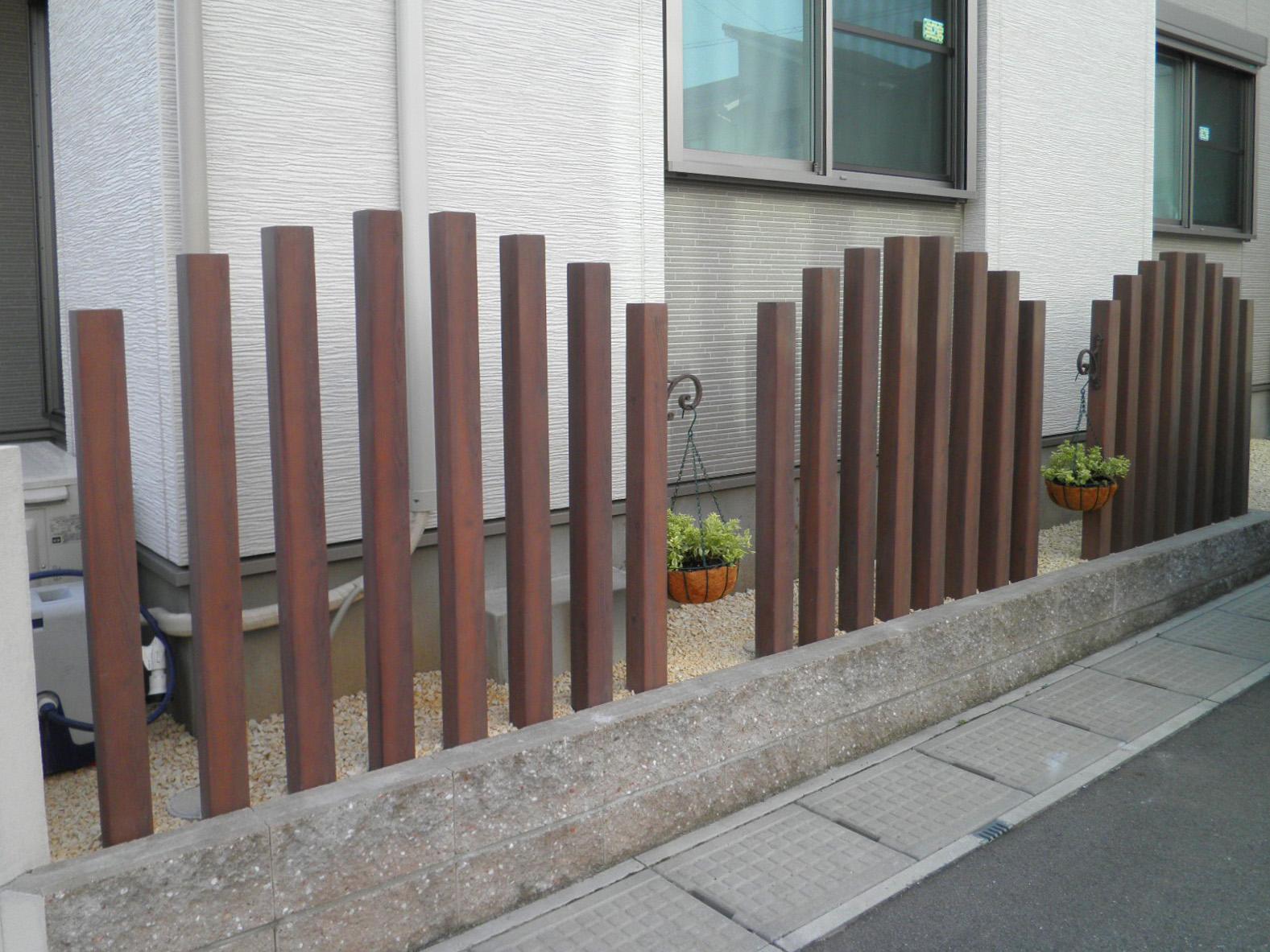 ディーズガーデン「ディーズデコティンバー」。公道と自宅敷地の境界線に設置。敷地に合わせて設計します。