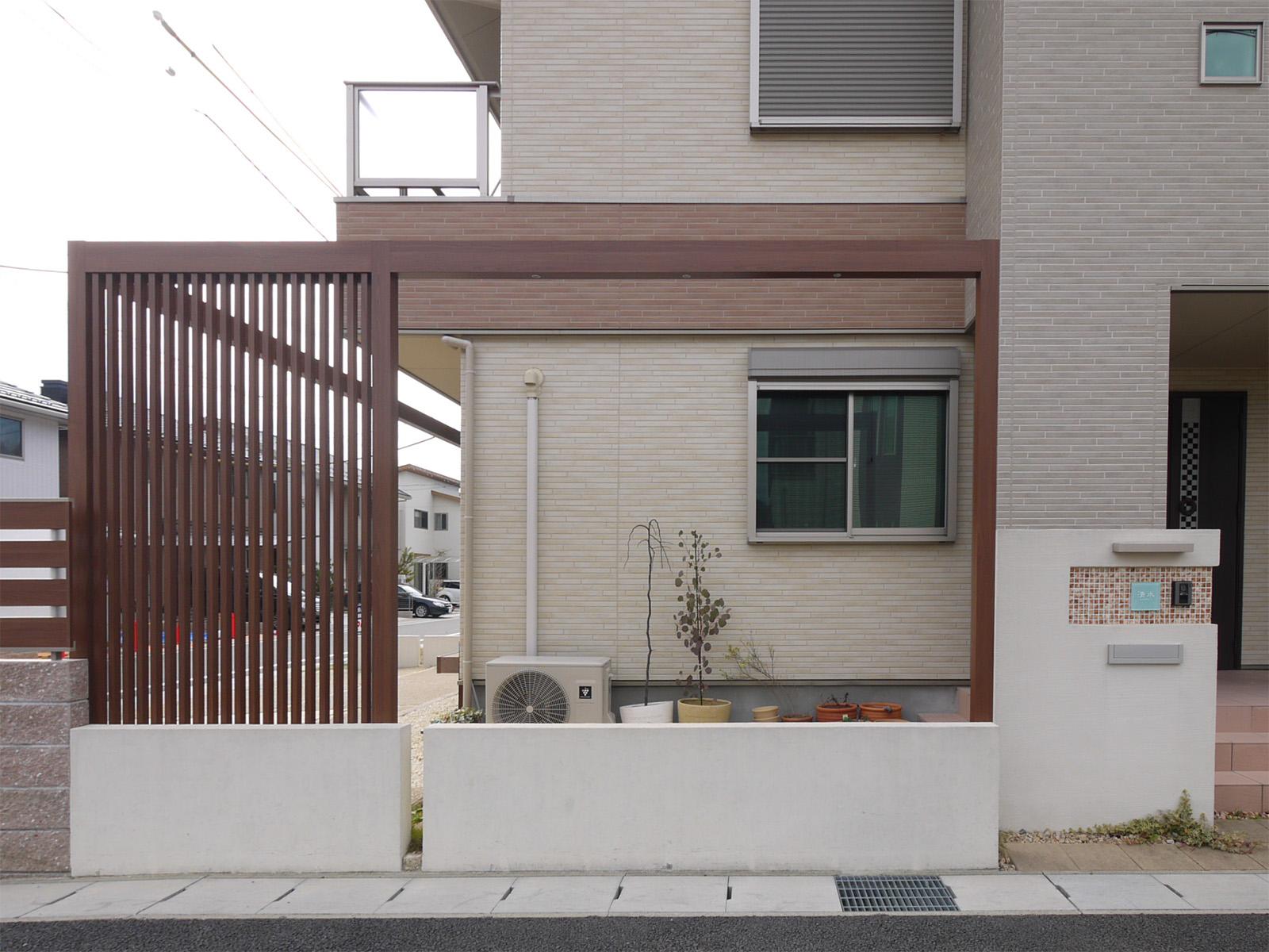 上記写真の別角度から見た様子。家屋と一体化している。