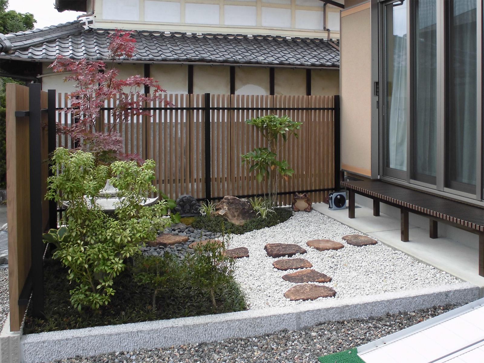 ブラックとチェリーウッドの色の組み合わせで、和の庭にも調和します。(F1型)