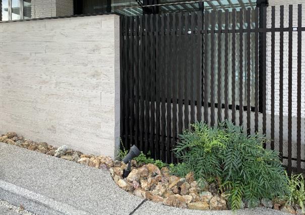 外壁の一部をスクリーンにすることで、風通しよく、光を庭に採り入れることができます。